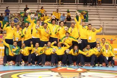 Seleção Masculina comemora o título/Foto: CBHb